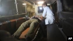 Một người đàn ông bị thương nằm trong xe cứu thương sau vụ tấn công trường đại học American ở Kabul, Afghanistan, ngày 24 tháng 8 năm 2016.