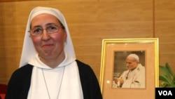 Biarawati Marie Simon-Pierre mengaku sembuh dari penyakit Parkinson setelah berdoa kepada mendiang Paus.