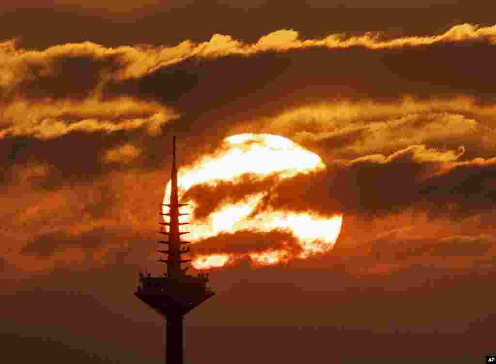 طلوع خورشید پشت برج تلویزیون در فرانکفورت، آلمان
