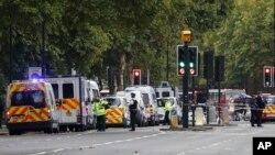 La police britannique et les secouristes déployés au lieu où un véhicule a heurté des piétons à Londres, 7 octobre 2017.