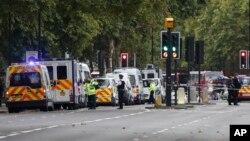 Cảnh sát và nhân viên tình huống khẩn cấp tại hiện trường vụ tông xe ở London, Anh, ngày 7 tháng 10, 2017.