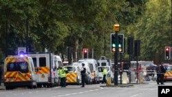 英国警方和紧急服务部门在事故现场。(2017年10月7日)