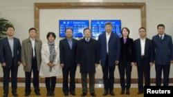 류전민(가운데) 중국 외교부 부부장이 24일 북한 평양 공항에 도착해 관계자들과 기념촬영을 하고 있다.