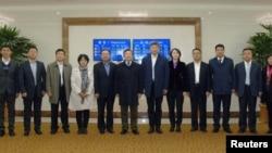류전민(가운데) 중국 외교부 부부장이 지난해 10월 북한 평양 공항에 도착해 관계자들과 기념촬영을 하고 있다.