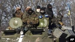 Tentara Ukraina siaga di Artemivsk, Ukraina timur (foto: dok).