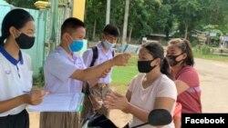 Ban Kui Yae စာသင္ေက်ာင္းမွ ကေလးငယ္မ်ား အပူခ်ိန္တိုင္းေနစဥ္ (Photo: the school's Facebook account)