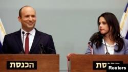 «نفتالی بنت» (چپ) وزیر آموزش و «آیلت شاکد» وزیر دادگستری