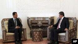 ທ່ານ Ahmet Davutoglu ລັດຖະມົນຕີການຕ່າງປະເທດເທີກີ(ຂວາ) ພົບປະກັບ ທ່ານ Bashar al-Assad ປະທານາທິບໍດີຊີເຣຍ.