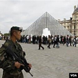 Di Perancis, tentara berjaga-jaga di depan Museum Louvre yang selalu dipadati turis asing.