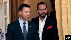 Archivo - El secretario de Seguridad Nacional interino de EE.UU., Kevin McAleenan, (izquierda) y el presidente salvadoreño, Nayib Bukele, se reunieron en El Salvador el 28 de agosto, de 2019.