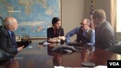 La bloguera cubana Yoani Sánchez conversa con el director de la Voz de América, David Ensor (derecha), durante una visita a nuestras instalaciones en Washington, este miércoles.