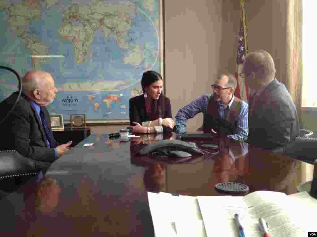 Yoani Sánchez conversa con Dick Lobo, director de IBB y David Ensor, director de la Voz de América.