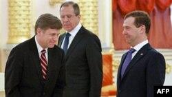 Novi američki ambasador u Moskvi Majkl Mekfol (levo) sa predsednikom Rusije Dmitrijem Medvedevom (desno) i ministrom spoljnih poslova Sergejom Lavrovom na ceremoniji predavanja akreditiva 22. februara 2012.