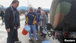 Residentes hacen fila en Virginia Occidental para recibir agua tras la eventual contaminación de las fuentes potables en el estado.