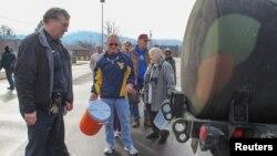 西維吉尼亞州居民排隊輪候政府提供的用水。