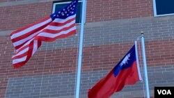 美國星條旗與台灣青天白日滿地紅旗幟在空中飄揚(美國之音鍾辰芳拍攝)