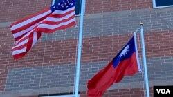 资料照:美国星条旗与台湾青天白日满地红旗帜在空中飘扬