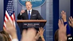 Thư ký báo chí của Nhà Trắng Sean Spicer ra thông báo liên quan đến sắc lệnh hành pháp về an ninh biên giới và tăng cường thực thi luật di trú.