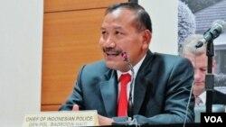 Kapolri Jenderal Badrodin Haiti memberikan penjelasan kepada wartawan di Jakarta (VOA/Fathiyah).