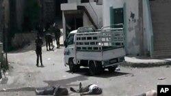 Citizen journalist merilis foto di mana beberapa tentara Suriah berdiri di antara penduduk yang tewas di desa Bayda, Kamis (2/5).