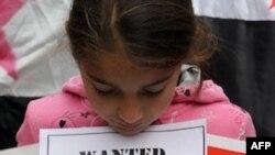Một bé gái Syria biểu tình phản đối Tổng thống al-Assad bên ngoài văn phòng Liên đoàn Ả Rập ở Libanon
