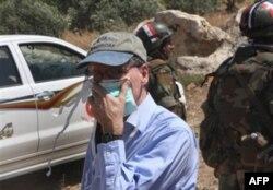 Elchi Robert Ford, Suriyaning ommaviy qabr topilgan Jisr al-Shugur shahrida, 2011-yilning iyuni