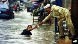 Jalanan di Phnom Penh, Kamboja dilanda banjir (foto: dok). Separuh wilayah Kamboja dilanda najir parah tahun ini.