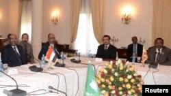 Tổng thống Sudan Omar al-Bashir (trái) và Thủ tướng Ethiopia Hailemariam Desalegn (phải) ngồi với các nhà lãnh đạo khác trong một cuộc họp tại Cung điện Quốc gia ở thủ đô Addis Ababa, Ethiopia, 5/1/2013