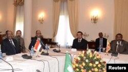 苏丹总统巴希尔(左)和埃塞俄比亚总理德萨莱尼(右)1月5日在亚的斯亚贝巴举行的会议上