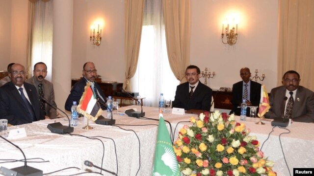 Sudan's President Omar Hassan al-Bashir (L) and Ethiopian Prime Minister Hailemariam Desalegn (R) sit with other leaders during a meeting at the National Palace in Addis Ababa on Jan. 5, 2013.