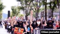 စစ္အာဏာသိမ္းမႈဆန္႔က်င္ဆႏၵျပေနေသာ ဂ်ပန္ေရာက္ ျမန္မာမ်ား။ (Photo - MyoGyi Japan)