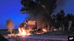 以色列一辆巴士被加沙地带发射的导弹击中起火