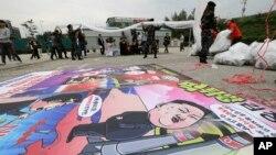 지난 21일 한국 탈북자 단체 회원들이 파주시 통일동산주차장에서 김정은 정권을 규탄하는 내용을 담은 대북전단 풍선을 띄울 준비를 하고 있다.