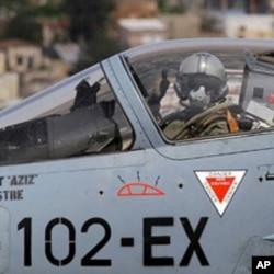 法国飞行员在起飞前打手势
