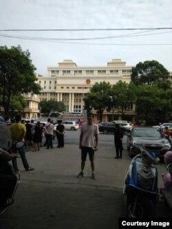 2017年8月11日,岳阳中院外部分声援者围观李明哲、彭宇华颠覆案庭审。(网友提供)