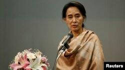Pemimpin pro-demokrasi Burma Aung San Suu Kyi saat memberikan sambutan di hadapan warga Burma di Tokyo, Jepang (13/4).