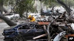 Nhân viên cứu hộ tìm kiếm nạn nhân sống sót trong chiếc xe gặp nạn ở Montecito ngày 9/1/2018.