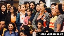 Mẹ Nấm và gia đình được chào đón tại phi trường IAH ở Houston.