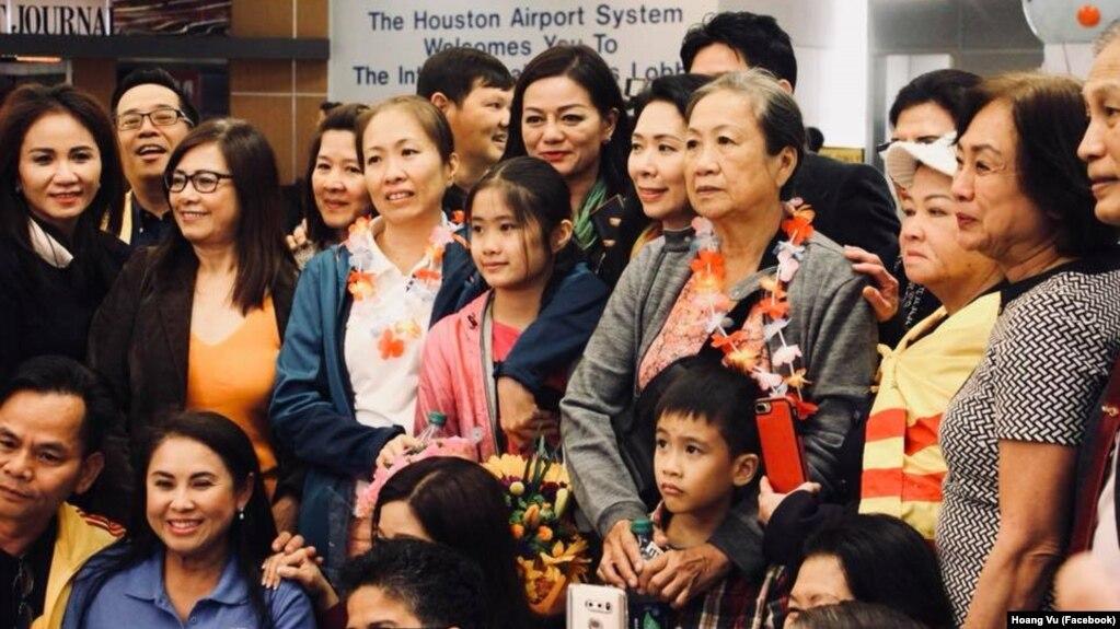 Gia đình blogger Mẹ Nấm chụp ảnh cùng cộng đồng sau khi đặt chân tới phi