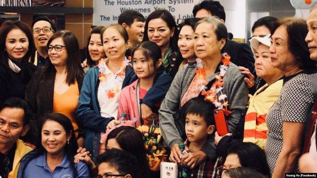 Mẹ Nấm và gia đình được chào đón tại phi trường quốc tế IAH, Houston.