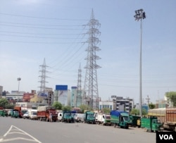 Trucks wait at a border check post between Haryana state and New Delhi. (A. Pasricha/VOA)
