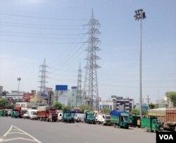 Trucks wait at a border check post between Haryana state and New Delhi. (A. Pasricha/VOA)