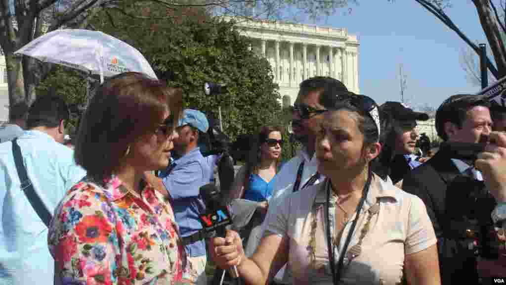 Mitzi Macías, de la Voz de América, entrevista a la cantante Olga Tañón.