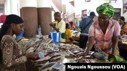 Commerce de poissons au marché Total de Brazzaville, au Congo, le 1er septembre 2017. (VOA/Ngouela Ngoussou)