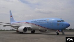Pesawat jenis Boeing Business Jet 2 (BBJ2) 737-800 yang dipesan khusus untuk operasional Presiden Republik Indonesia, mendarat di Pangkalan Udara Halim Perdanakusuma Jakarta, Kamis (10/4). (VOA/Andylala Waluyo)