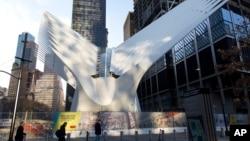 3일 개장한 미국 뉴욕 세계무역센터의 교통복합시설 앞으로 행인들이 걸어다니고 있다.
