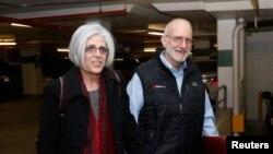 Alan na Judy Gross wakiwasili Washington kwa mkutano na waandishi habari, Dec. 17, 2014.