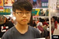 反普教中學生關注組成員木子表示,香港教育局推動中小學以普通話教授中文科,會抹殺香港本土文化(美國之音湯惠芸 )