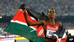 Mkenya Eunice Jepkoech Sum, akisherehekea ushindi wake wa nafasi ya tatu katika mbiyo za mita 800