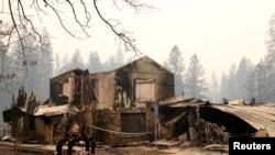 Uništena kuća u gradu Peradajz u Kaliforniji